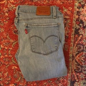 Levi's skinny jeans with whole at knee